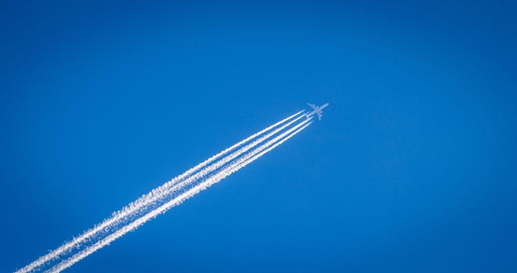 Lentämisen todelliset ilmastovaikutukset ovat kolminkertaiset hiilidioksidipäästöihin verrattuna