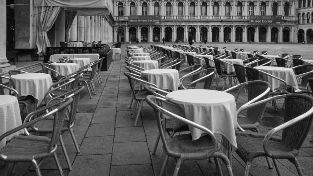 Liikamatkailusta nollamatkailuun - tyhjä kahvila Venetsiassa